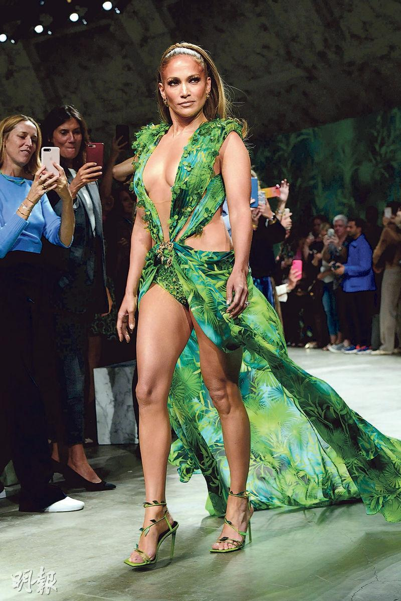 JLo前日為Versace的2020春夏時裝展壓軸行騷。(法新社)