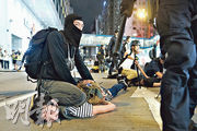 警方8月11日派出喬裝人員混入銅鑼灣示威者,其外貌與示威者黑衣裝束無異,他們使用警棍追打並用膝蓋壓實示威者,多人被制服及拘捕後受傷。(資料圖片)