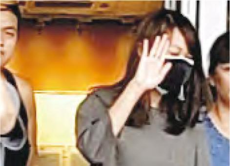 就讀公開大學的被告張佩霖(戴黑口罩者),涉上周六在屯門兆麟政府綜合大樓外攜有一支長90厘米的白色膠管,昨被控一項藏有攻擊性武器罪名。(余卓祈攝)
