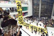 過百名學生響應網上號召,昨傍晚到樂富廣場中庭與街坊參與「仙人學生交響曲」活動,一同合唱《願榮光歸香港》。(楊柏賢攝)