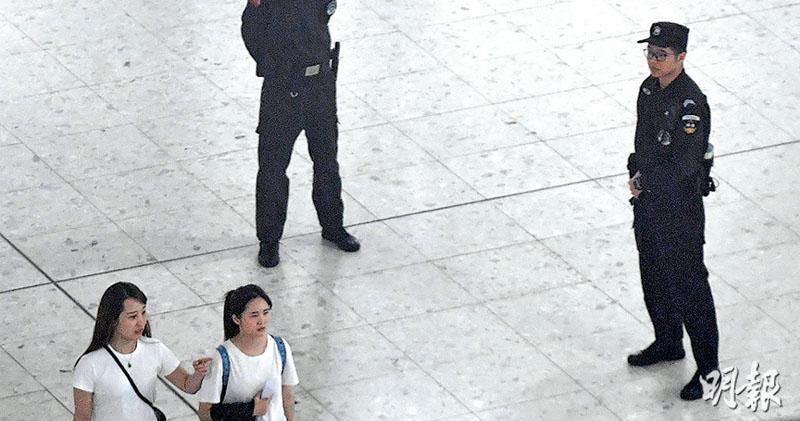 高鐵去年9月23日通車,保安局表示沒有港人在西九站內地口岸區被帶走統計數字。圖為西九站內地口岸區,有內地執法人員駐守。(鄧宗弘攝)