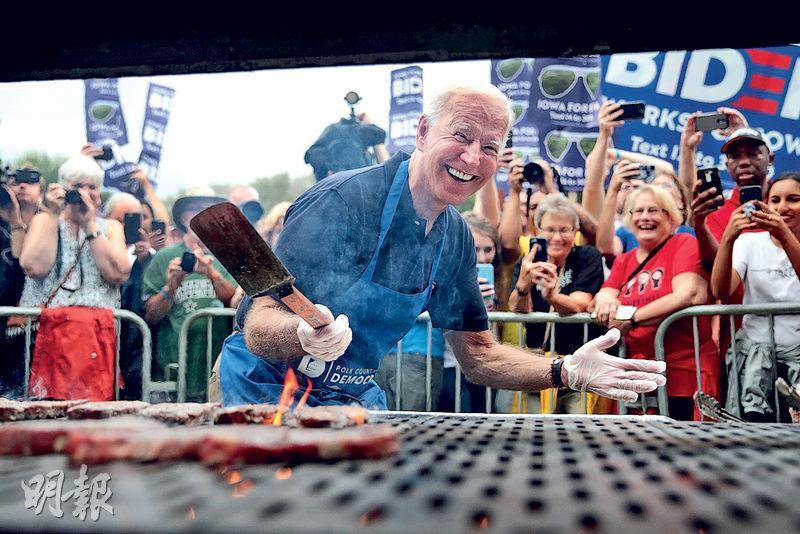 美國民主黨主要總統參選人拜登(前)上周六出席艾奧瓦州德梅因的民主黨煎牛排大會,希望在明年2月首場黨內初選前爭取支持。(法新社)