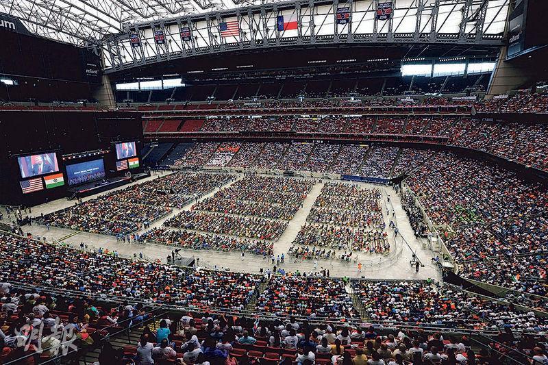以印度裔為主的5萬美國人周日在休斯敦出席「莫迪,你好!」活動。(路透社)