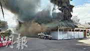 印尼巴布亞省周一再爆發新一輪衝突,示威者縱火焚燒政府辦公室和其他建築物。(法新社)