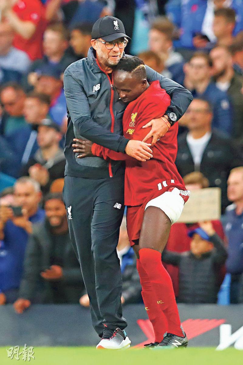 利物浦翼鋒沙迪奧文尼(右)昨仗下半場傷出,領隊高普上前安慰。(Getty Images)