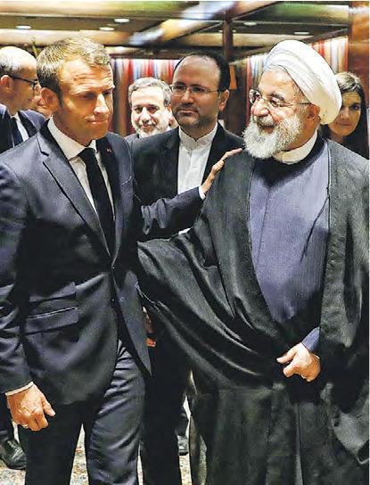 法國總統馬克龍(前左)周一結束與伊朗總統魯哈尼(前右)的會談。(法新社)