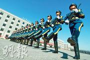 在閱兵村裏,參加閱兵的官兵示範操正步。他們每天在訓練場大約行進2.9萬步,相當於21公里。(鄭海龍攝)