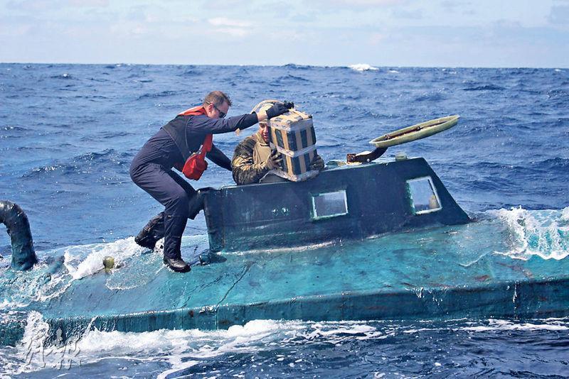 美國海岸防衛隊本月初在一艘半潛船內檢獲大量走私可卡因。(網上圖片)