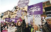 支持墮胎合法化的民眾在新南威爾士省議會外集會表達訴求。(網上圖片)