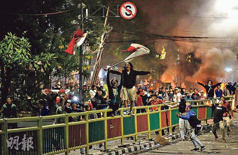 雅加達周三有示威者在學生騷亂後繼續上街抗爭。(路透社)