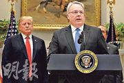 本周訪華的白宮國家禁毒政策辦公室主任卡羅爾前日表示,美中承諾「全面合作」打擊芬太尼販運。圖為本月4日卡羅爾(右)與美國總統特朗普(左)在白宮見記者。(法新社)
