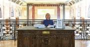 美國前國務卿希拉里(圖)上周二出席意大利威尼斯一個藝術展開幕禮,她當年被曝光的電郵被列印出來成為「希拉里的電郵」藝術展品,其間她曾讀出部分電郵。(路透社)