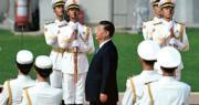 烈士紀念日的人民英雄敬獻花籃儀式昨日上午在北京天安門廣場舉行,圖為國家主席習近平(中)在儀式上走向人民英雄紀念碑。(法新社)