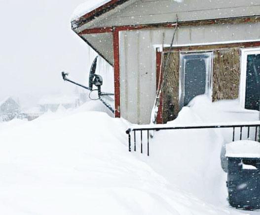 美國蒙大拿州東冰河(East Glacier)小鎮前天堆滿積雪。(網上圖片)