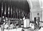 周恩來1955年4月率團參加在印尼萬隆召開的亞非會議,提出和平共處五項原則。圖為周恩來(中)在會上發言。(新華社)