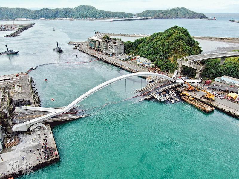 台灣宜蘭縣蘇澳鎮的南方澳跨港大橋昨日上午發生坍塌意外,圖為事後橋體大部分落入水中。(中央社)