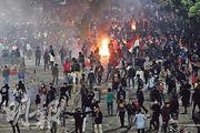 印尼示威者9月30日周一在雅加達國會大樓外,抗議國會修法侵犯人民權益等示威演變成騷亂與警民衝突。(路透社)