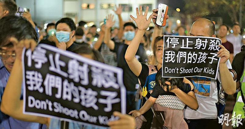 大批市民昨日響應網上號召,到荃灣沙嘴道遊樂場參與集會,聲援及支持前日遭警方以實彈槍傷的中五生,有參與者帶同小童出席,並舉起「停止射殺我們的孩子」標語。(鍾林枝攝)