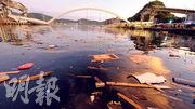 台灣宜蘭縣南方澳跨港大橋1日上午突然坍塌,水面滿佈被斷橋砸中船身的支解木塊與木屑。(中央社)