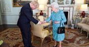 英國有傳媒報道指英國首相約翰遜計劃即使下議院通過不信任動議都不會辭職。圖為英女王(右)7月24日在白金漢宮接見當時剛上任首相的約翰遜(左)。(法新社)