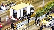 本港各區昨晚有市民聚集,網上有影片顯示,警方以密斗貨車及私家車,運載「速龍小隊」到黃大仙中心外衝出執法。片中所見,密斗貨車內有一排長板櫈。(網片截圖)