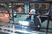 首被告吳隆平(左二)和次被告蔡玉雲(右)昨早由囚車押送到東區裁判法院。(楊柏賢攝)