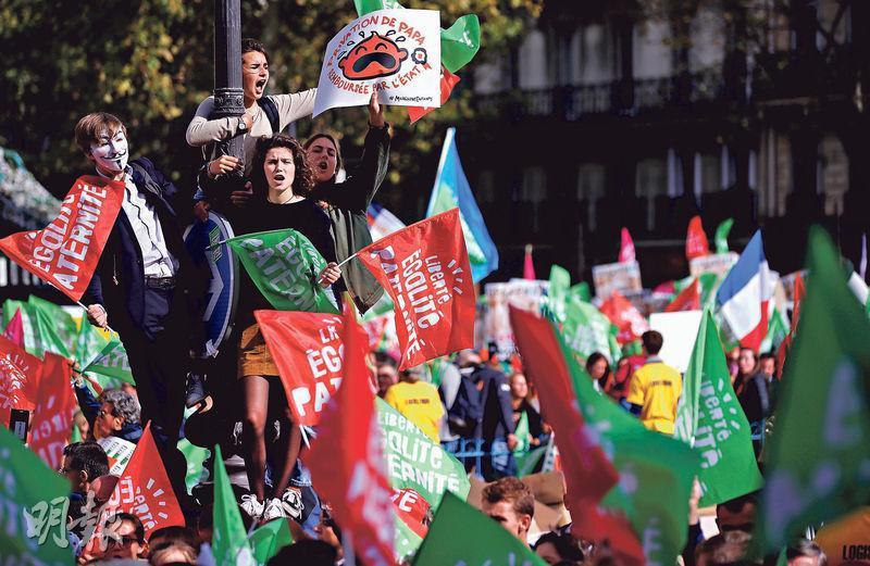 巴黎昨有示威,反對政府準備讓女同性戀者及單身女子亦有權合法接受人工授孕。(路透社)
