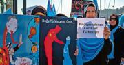 針對美國以侵犯新疆人權為由將8家中國企業及20個公安部門列入俗稱黑名單的「實體清單」,中國外交部昨表示,美國此舉為干涉內政,新疆並不存在人權問題。圖為十一國慶當日,中國駐土耳其伊斯坦布爾總領事館外,有當地民眾發起示威,抗議中國打壓新疆維吾爾族穆斯林。(法新社)