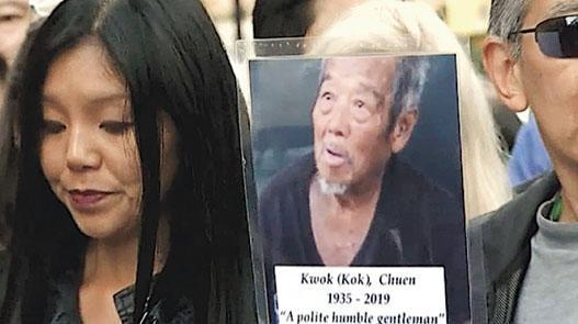 周一有市民在紐約唐人街,追悼上周末遇襲身亡的街頭露宿華裔老翁(照片)。(網上圖片)