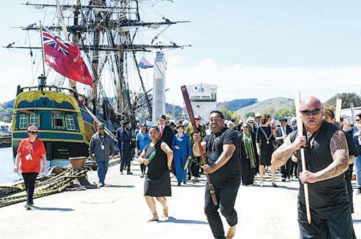 新西蘭人10月6日以複製的「奮進」(HMS Endeavour,圖左)號,紀念英國探險家庫克船長登陸新西蘭吉斯伯恩250周年,碼頭有迎接儀式。(網上圖片)