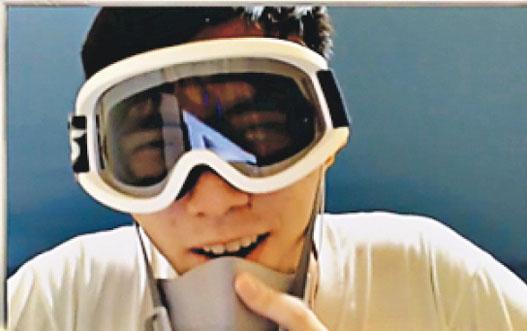 《爐石戰記》香港選手Blitzchung周日(6日)在亞太區大師職業賽後,戴面罩和口罩接受採訪,並說出「光復香港,時代革命」口號,事後遭除名、沒收獎金及禁賽。(網絡圖片)