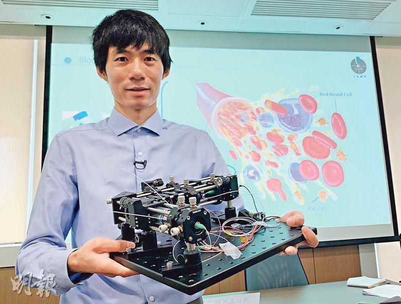 中大採用新式鏡頭組合,研發出全球首部「人工智能便攜式定量相位顯微鏡」。中大生物醫學工程學系教授周仁杰(圖)表示,該儀器體積較醫院常用的小逾九成,7個樣本測試顯示靈敏度平均達92%,料3至5年後可投入市場。(許芳文攝)