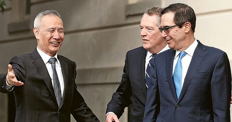 國務院副總理劉鶴(左)與美國貿易代表萊特希澤(中)及財政部長梅努欽(右),周四在華盛頓展開第13輪高級別經貿磋商。(法新社)