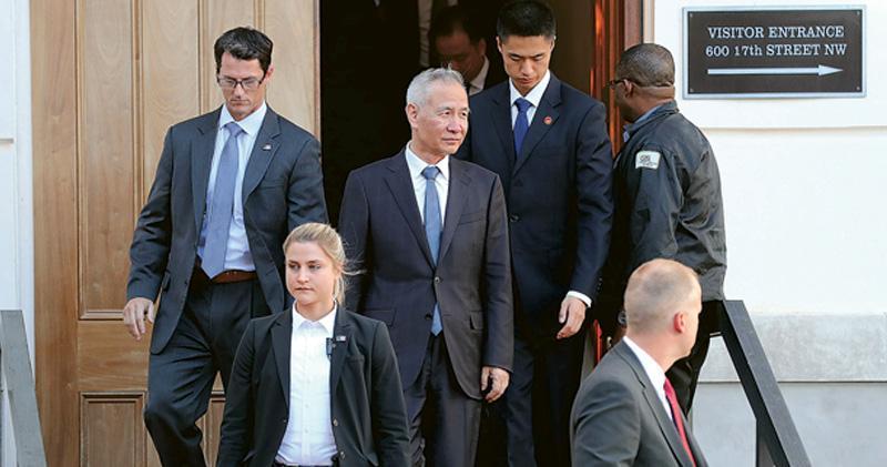 第13輪中美經貿高級別磋商10日至11日在華盛頓舉行。副總理劉鶴(中)在首日談判結束後,離開美國貿易代表辦公室。(法新社)