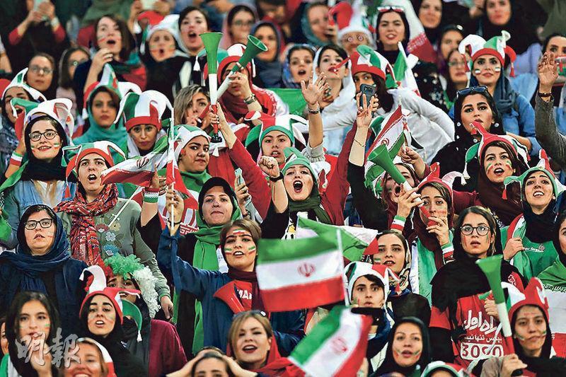 德黑蘭的阿薩迪體育場周四舉行伊朗對柬埔寨的世界盃外圍賽,逾3000名婦女坐滿女性專用區。(Getty Images)