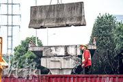 工人在無錫塌橋意外現場清理,地面道路經搶修後昨恢復通車。(新華社)