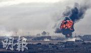 敘利亞北部邊境城鎮拉斯艾因(Ras al-Ain)遭受土耳其攻擊,昨日煙硝處處,還冒起爆炸火球。(路透社)