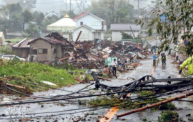強颱風「海貝思」襲境,日本千葉縣市原市數間房屋倒塌,包括3名孩童至少8人受傷,另一人在被吹翻的汽車內死亡。(法新社)