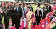國家主席習近平(前左二)12日抵達尼泊爾展開國事訪問,尼泊爾總統班達里(前左三)當日在機場舉行了隆重的歡迎儀式。(新華社)