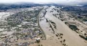長野千曲川等河流昨日在海貝思吹襲豪雨成災下決堤,市區變成澤國。(新華社)