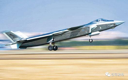 官方微博發布編號「62001」的殲-20照片。該照片曾在今年7月24日由中國空軍公布過,當時指該架殲-20的曝光,標誌着中國空軍航空兵作戰部隊已踏入五代機時代。(網上圖片)