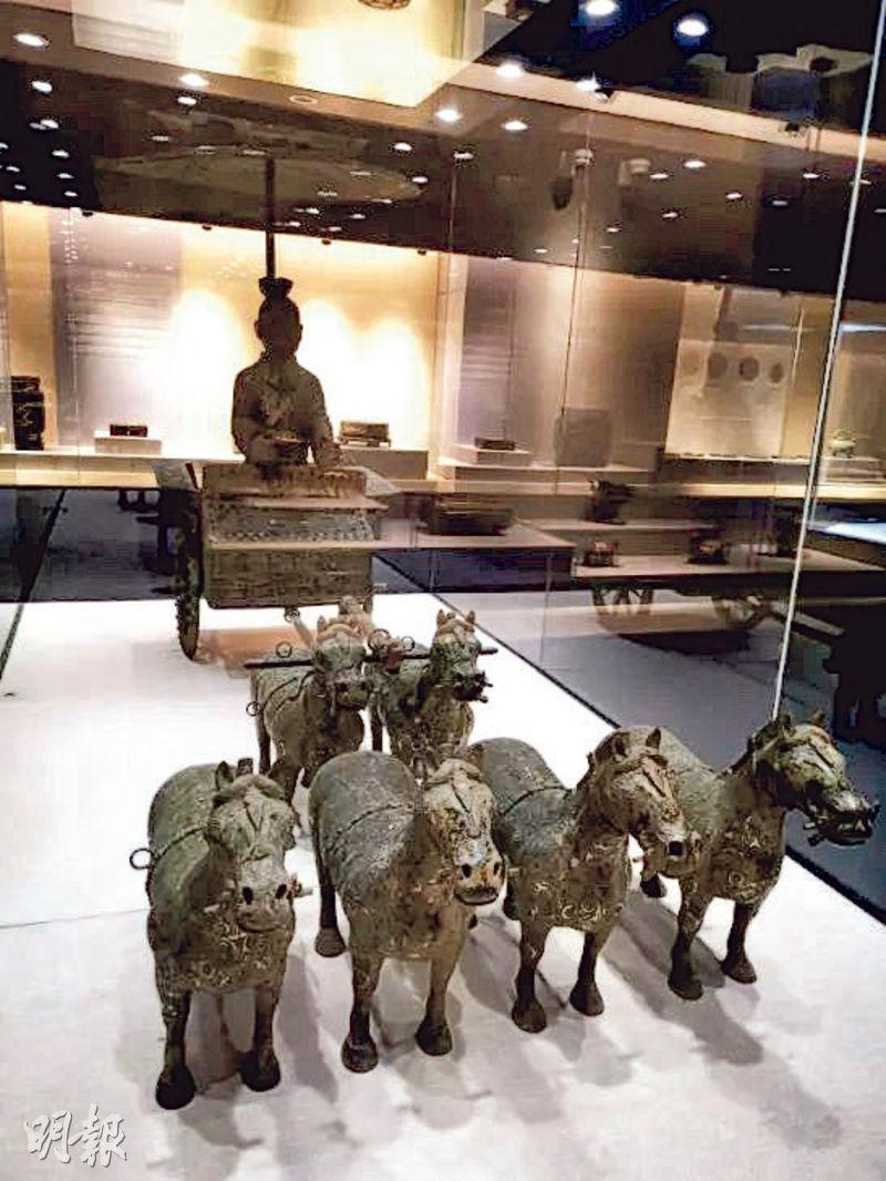 上周才開館的重慶大學博物館被指大量藏品疑為贗品,該館一組銅車馬被質疑模仿秦始皇陵銅車馬,卻比秦皇座駕4馬拖車還多出兩匹馬。(網上圖片)