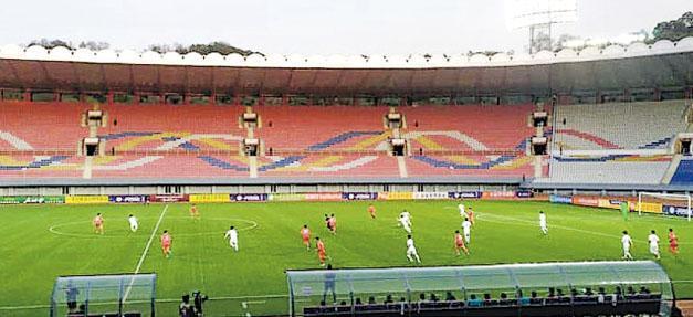 韓國與朝鮮兩國球員昨天罕有地在平壤打世盃外圍賽,但不僅無直播,現場亦沒有球迷觀眾,氣氛冷清,球賽最後以0:0完場。(網上圖片)