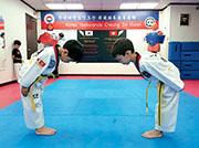 跆拳道講究禮儀,學生對打前後都要向對方鞠躬敬禮。
