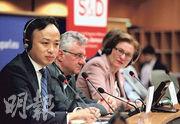 華為駐歐盟機構首席代表劉康(左一)16日首度參加歐洲議會關於5G、網絡安全等議題的公開辯論,他指華為力爭與歐盟「求同存異」,推進5G等領域的合作。(中新社)