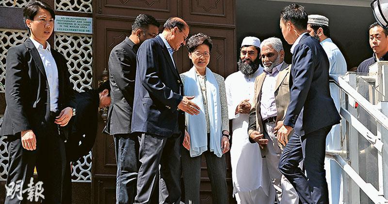 特首林鄭月娥(左四)穿著長袖衣服及長褲、披上圍巾,昨早在警務處長盧偉聰(不在圖中)陪同下到訪尖沙嘴九龍清真寺,離開時九龍清真寺首席教長Muhammad Arshad(左五)、回教信託基金總會秘書長Saeed Uddin(左三)等穆斯林領袖步出門外送行。(黃煒堯攝)