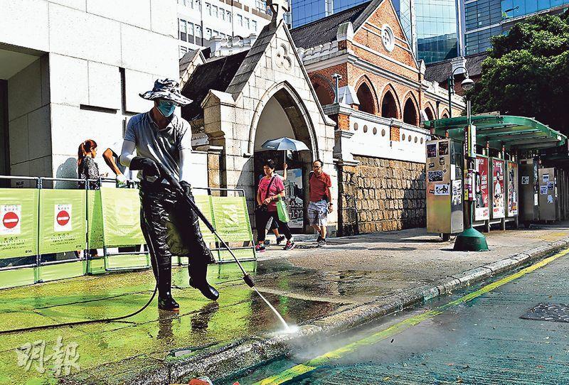 位於清真寺斜對面的聖安德烈堂亦被顏色水劑「染藍」,昨日下午有工人到場洗地。(劉焌陶攝)