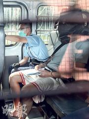 持雙程證的被告柳國升(右)於到港翌日,涉以水果刀𠝹向19歲男生頸部及劏肚,再到警署自首,昨被控一項有意圖而傷人罪名,由警車押至粉嶺裁判法院提堂。(曾憲宗攝)