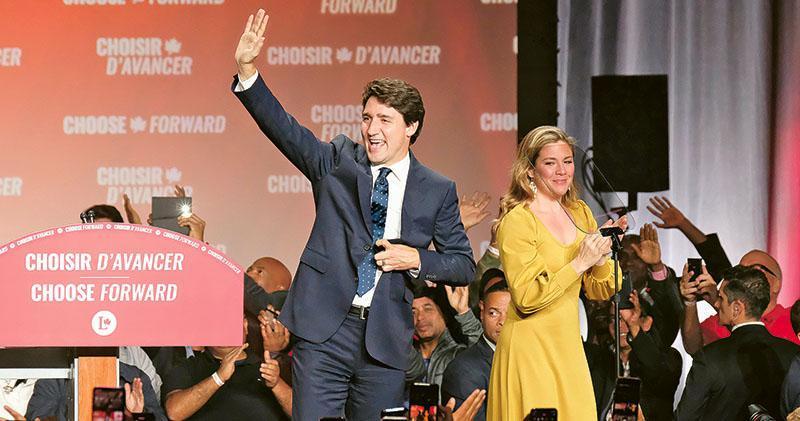 加拿大總理杜魯多(左)帶領自由黨勝出今次大選,以逾150席成為第一大黨,惟未能如上屆一樣取得過半議席,圖為周一他與妻子索菲(右)在蒙特利爾出席選舉活動。(新華社)