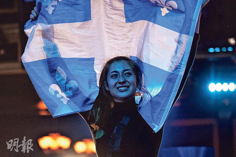 魁人政團今屆取得32席的佳績,支持者周一晚在蒙特利爾的黨集會上慶祝。(路透社)